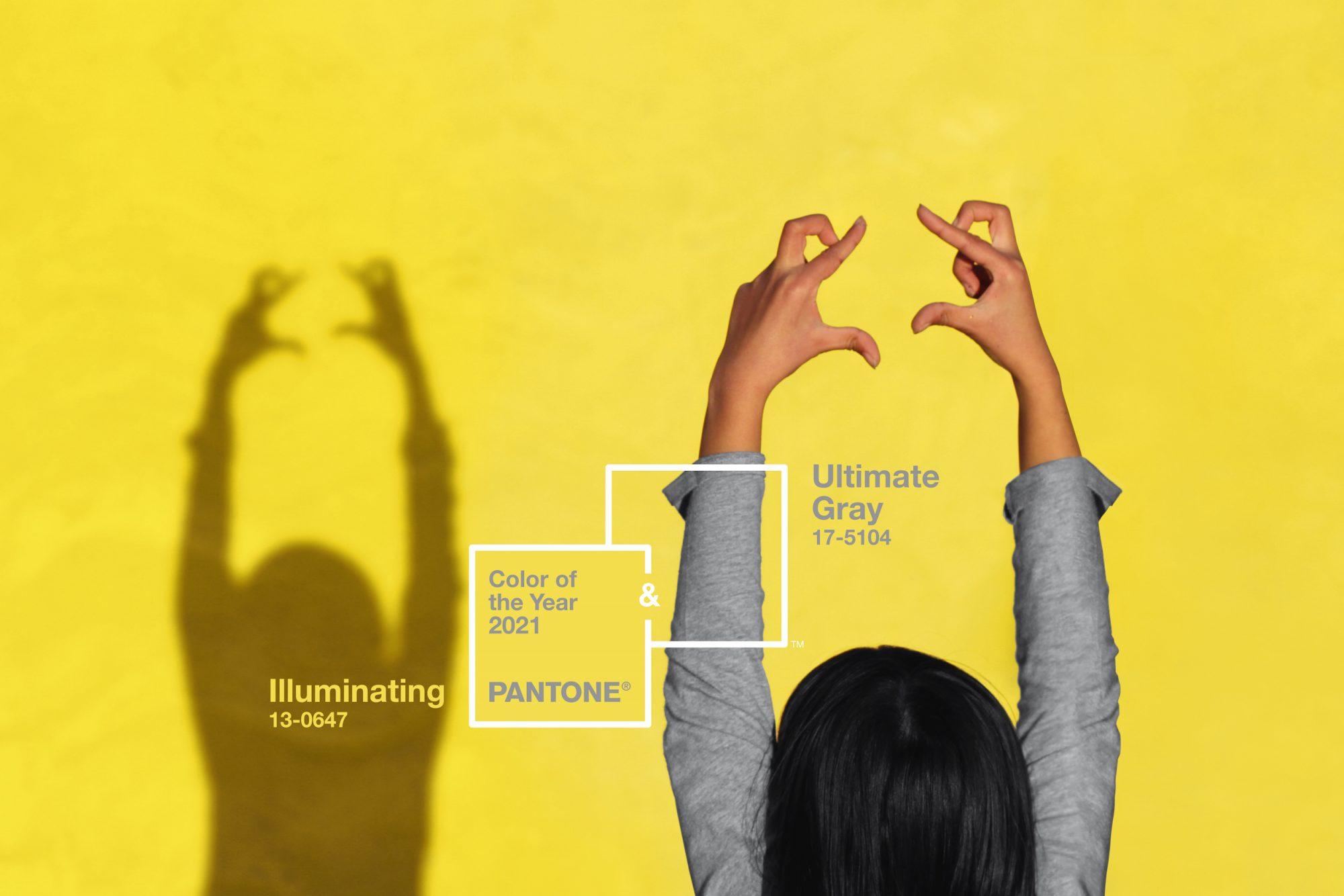 mulher com braços abertos fazendo sombra em parede amarela