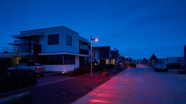 luzes vermelhas para atrair morcegos nas ruas da cidade Nieuwkoop