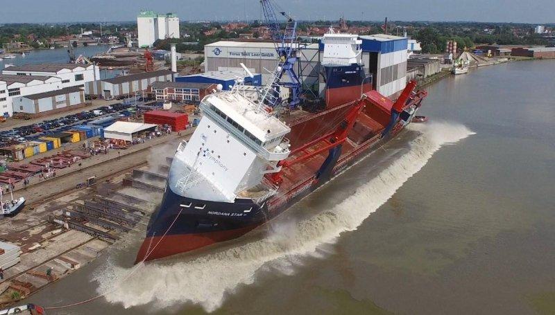 navios novos colocados na água