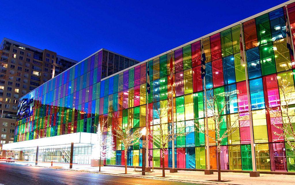 painel solar colorido em edifício