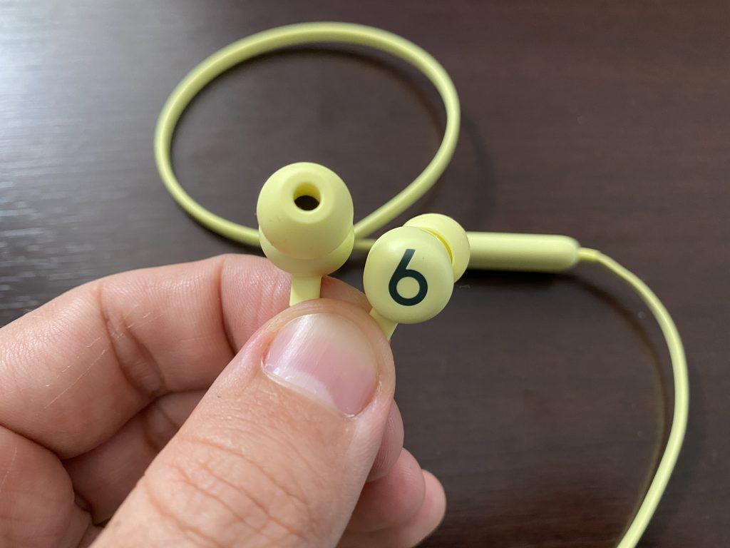 mão segurando fone de ouvido beat na cor amarelo