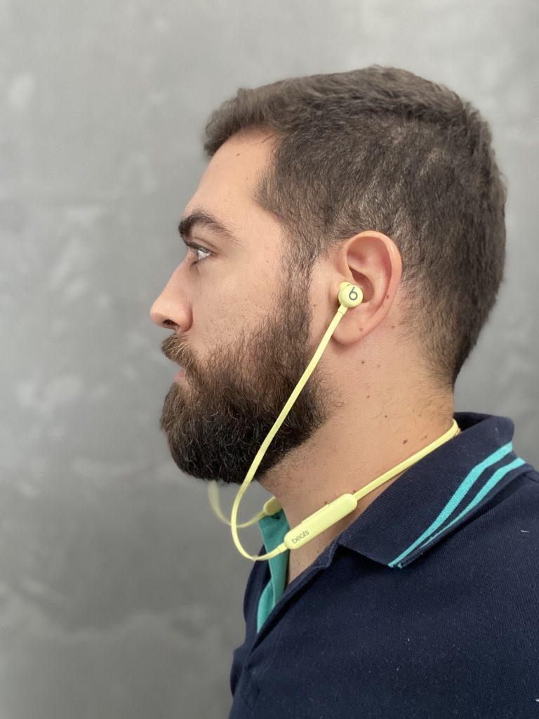 fone beats no ouvido de homem
