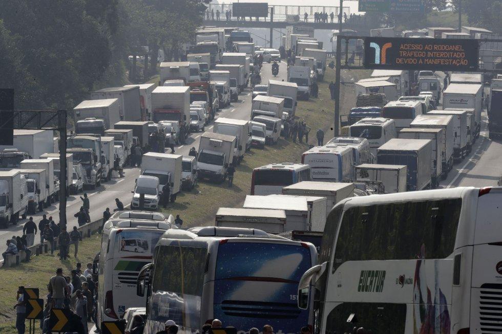 Imagem de rodovia com caminhões paralisados devido a greve do setor