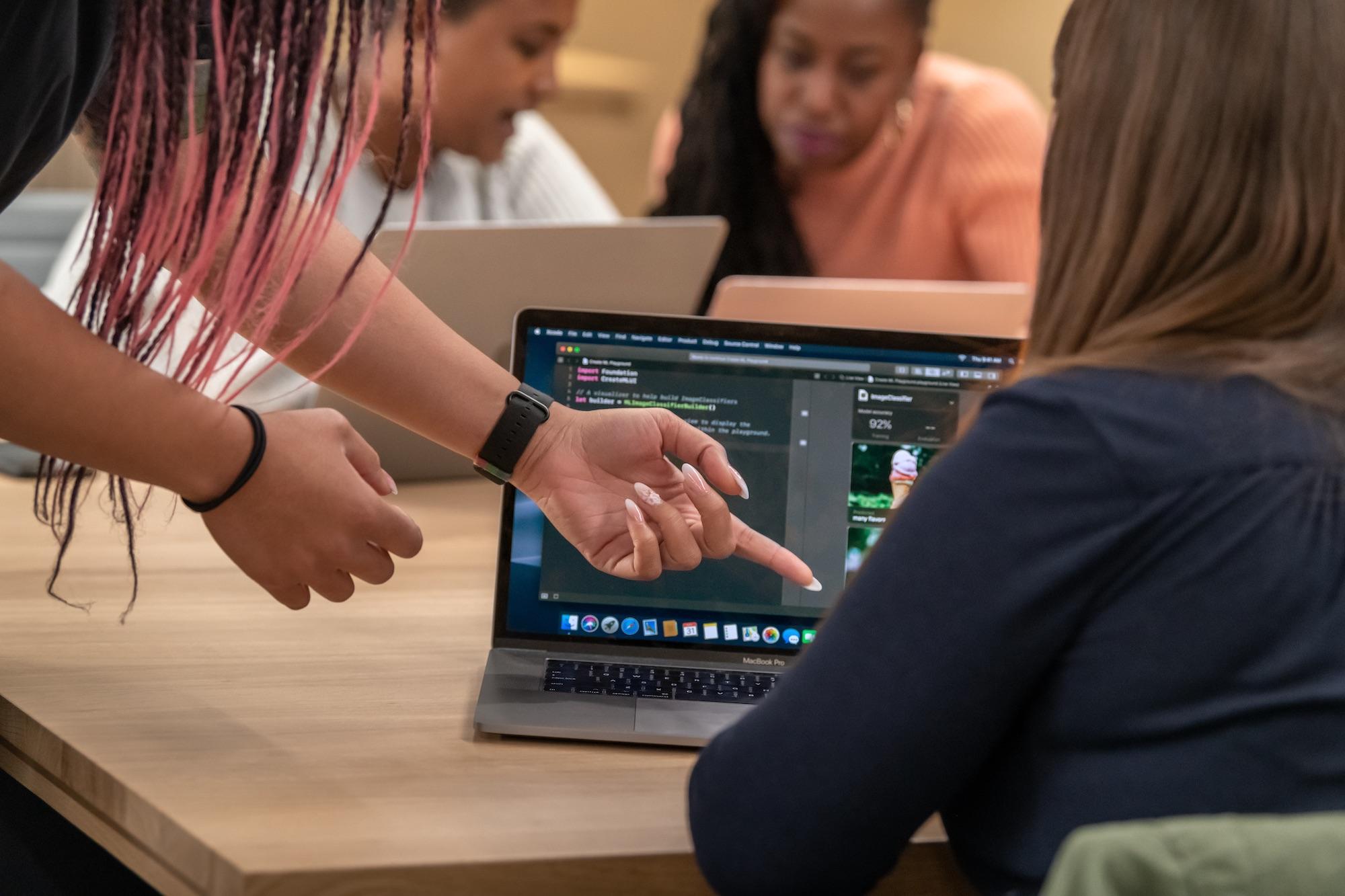 mulheres conversando em frente a computador ilustrando Apple Entrepreneur Camp para mulheres