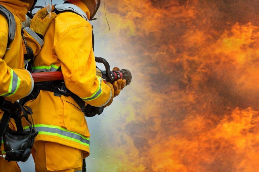 bombeiros apagando Incêndios