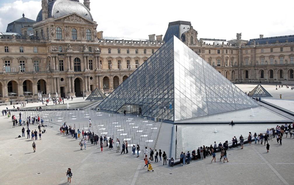 Museu do louvre todo em fachada de vidro