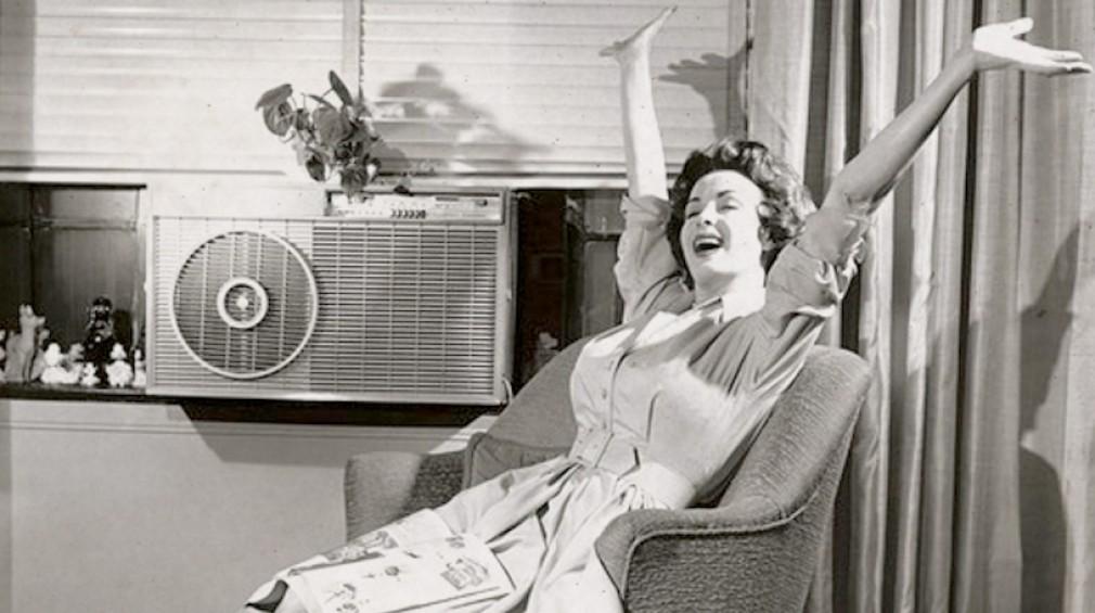 Mulher se refrescando em um dos primeiros climatizadores
