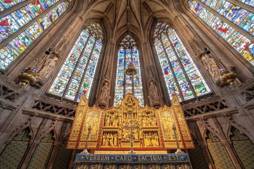 igreja com vitrais