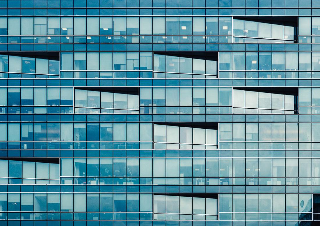 Fachada com vidraças estruturais