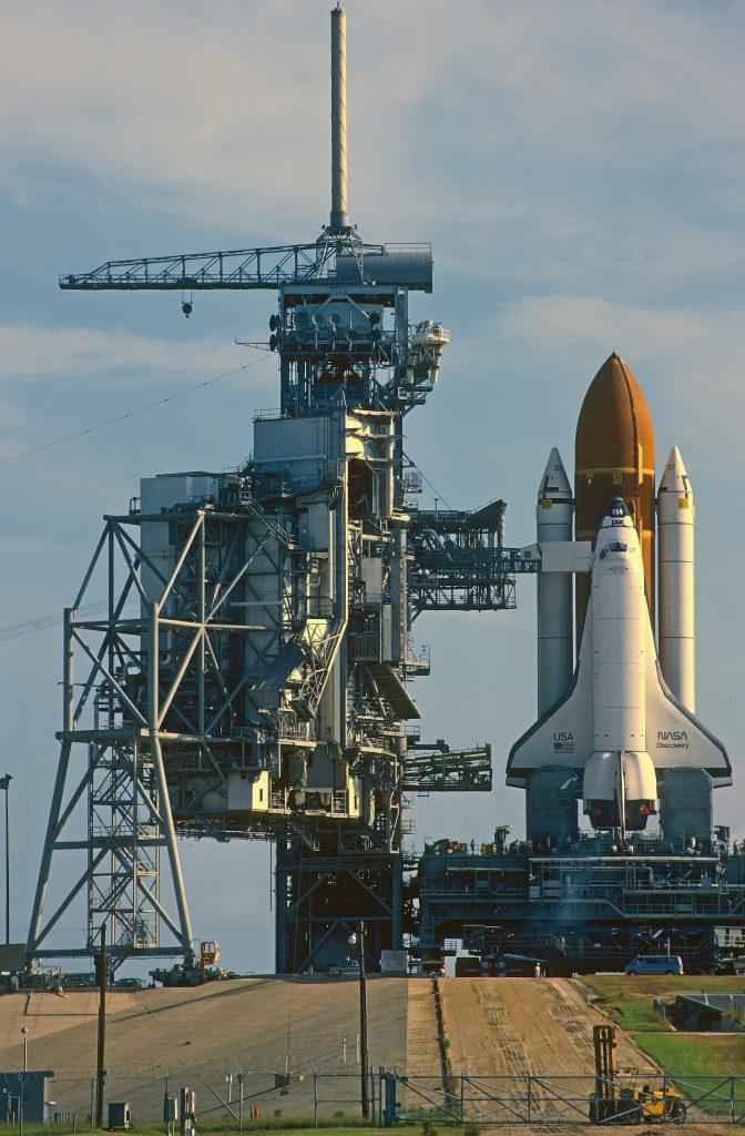 Imagem de foguete em plataforma de lançamento
