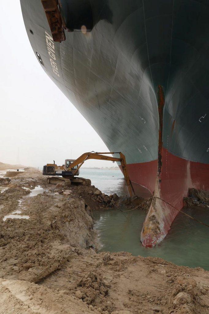 Operação de dragagem para a retirada do navio.
