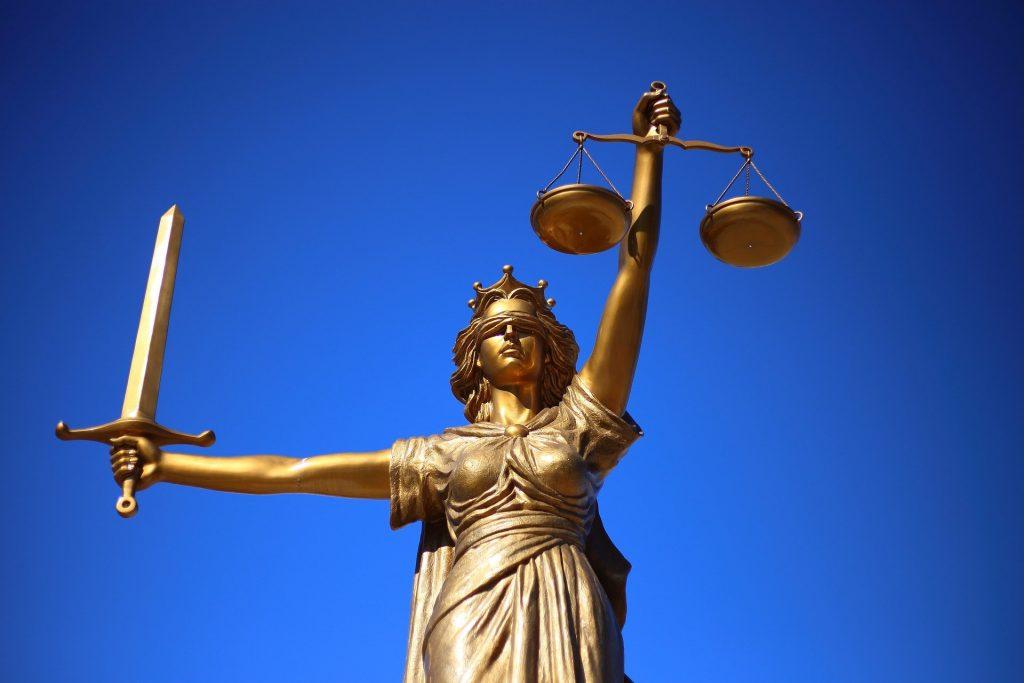 Estátua de Justiça, símbolo da mitologia greco-romana que representa a lei e a justiça