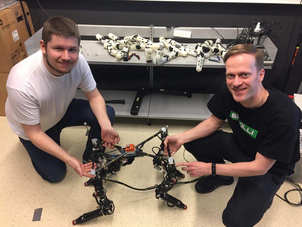 Tønnes Nygaard, Dyret e Kyrre Glette em 2019, quando o robô acabava de aprender a andar.
