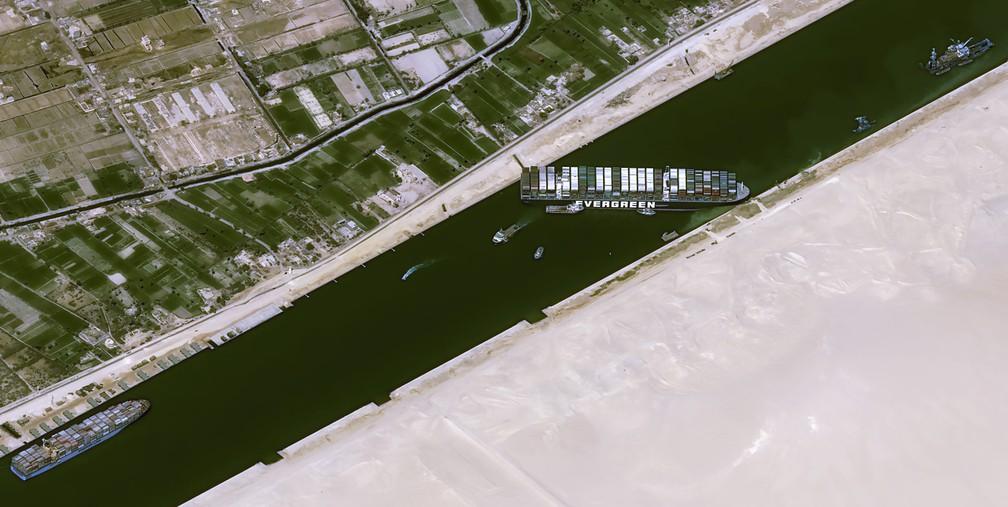 Ever Given encalhado no Canal de Suez, no Egito, nesta quinta-feira (25)