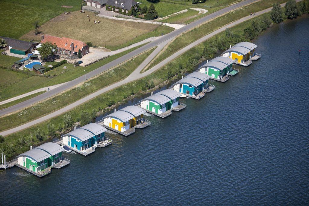 residências com base fixa na água