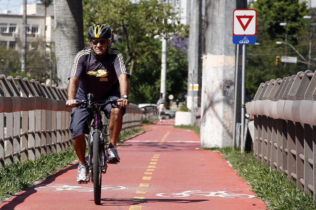 ciclista pedalando em ciclovia