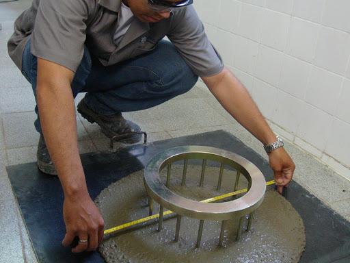 homem preparando massa para construção