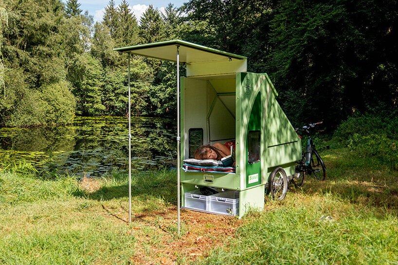 mulher dormindo em pequeno trailer retrátil