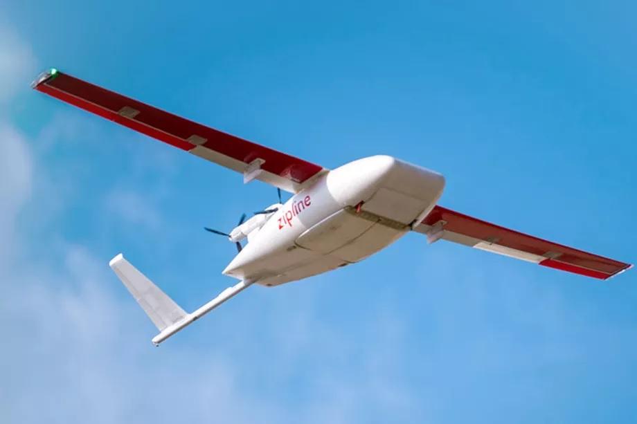 drone da zipline levando vacinas