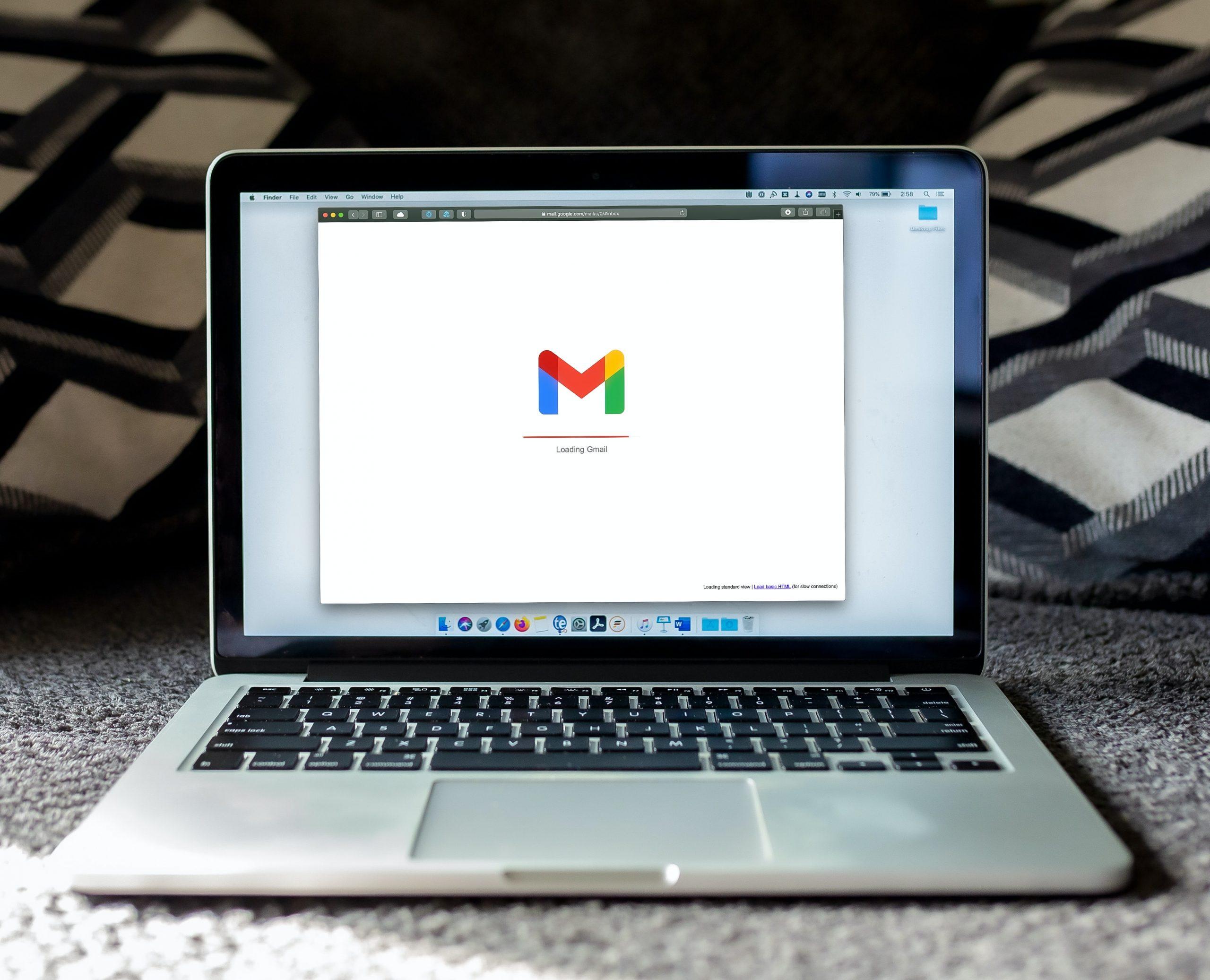 imagem de e-mails profissionais em tela de computador