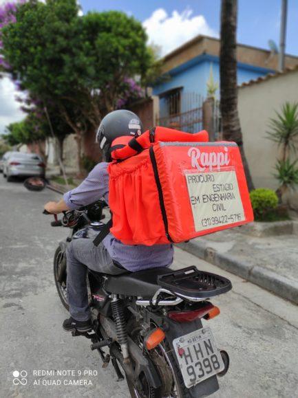 João dos Anjos em moto com placa procurando estágio em engenharia civil na mochila de entregador