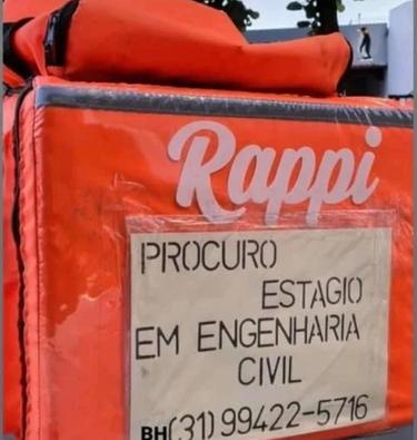 placa procurando estágio em engenharia civil na mochila de entregador na moto de João dos Anjos