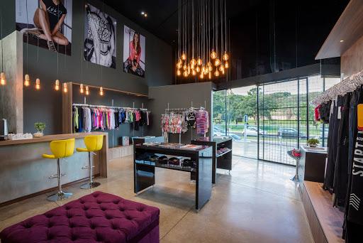 interior de loja de roupas exemplificando arquitetura comercial