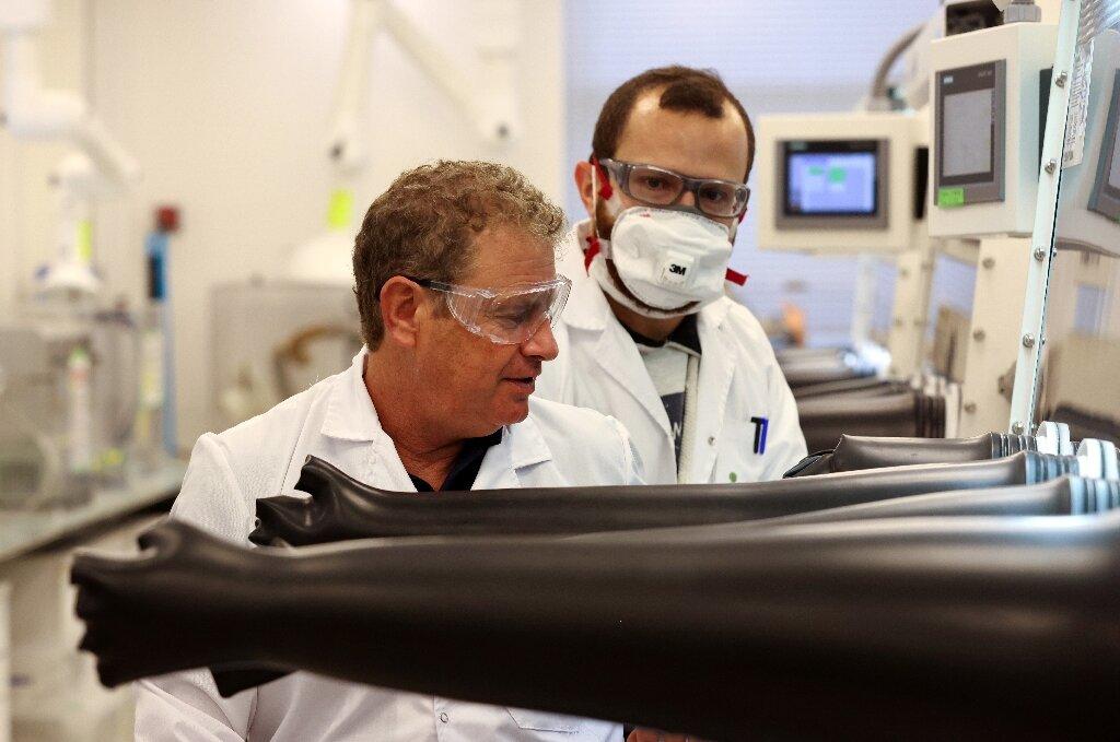 Doron Myersdorf (à esquerda) com colega de trabalho, durante testes da Store Dot.