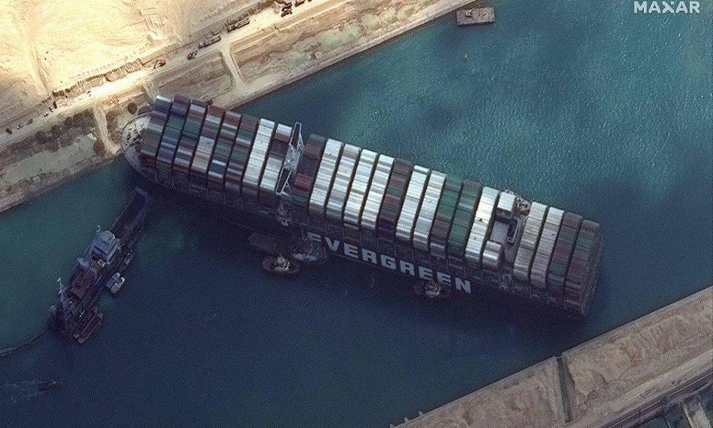 navio encalhado no canal de suez