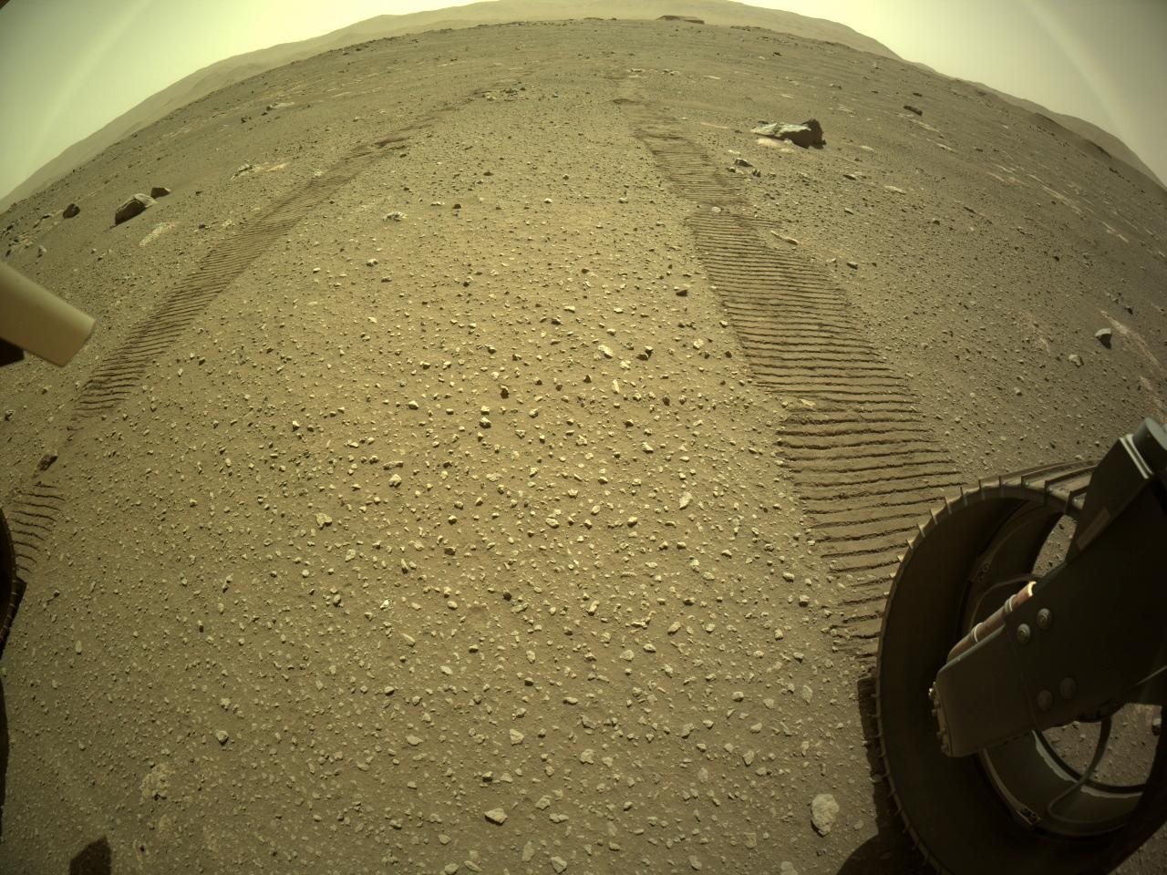 Marca no solo de Marte deixada pela roda do robõ Perseverance