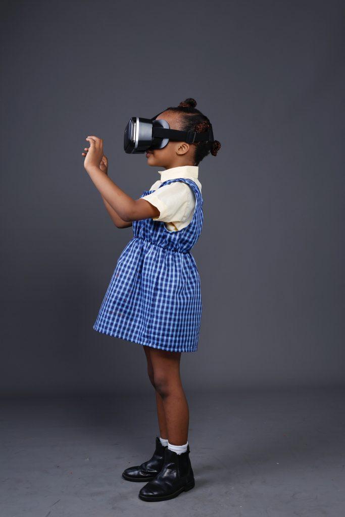 criança usando dispositivo de realidade virtual