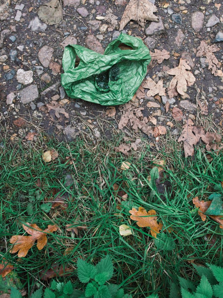 sacola plástica no ambiente, representando material com o qual é feito tecido sintético