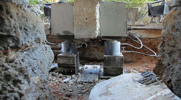 Macaco hidraulico levantando pilar de prédio