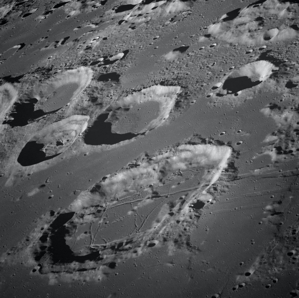 Imagem do solo lunar onde é possível perceber as formações rochosas - site da NASA