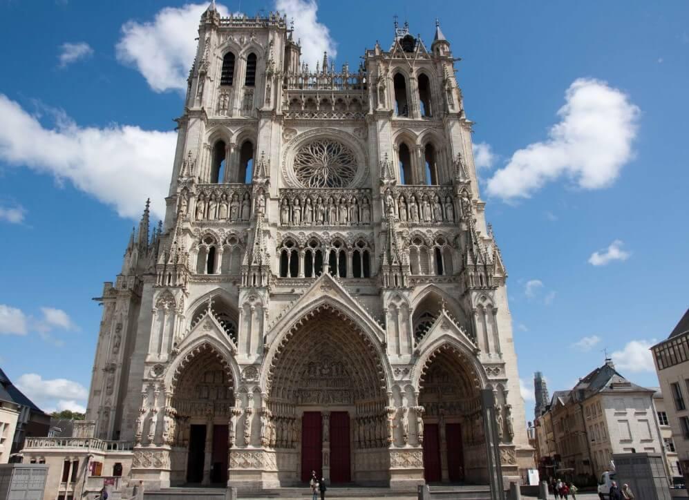 Fachada de igreja estilo gótico
