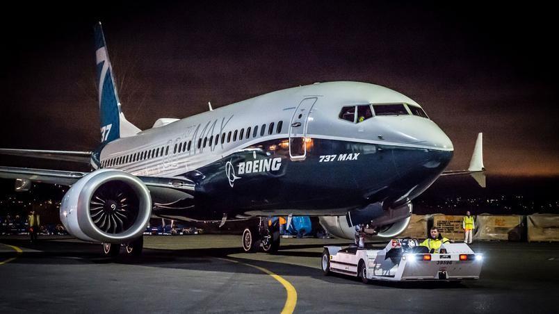 Na imagem há um avião boeng na cor azul e branca