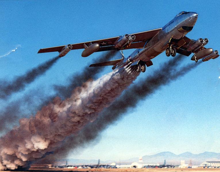Na imagem, uma aeronave emite poluentes no momento da decolagem.