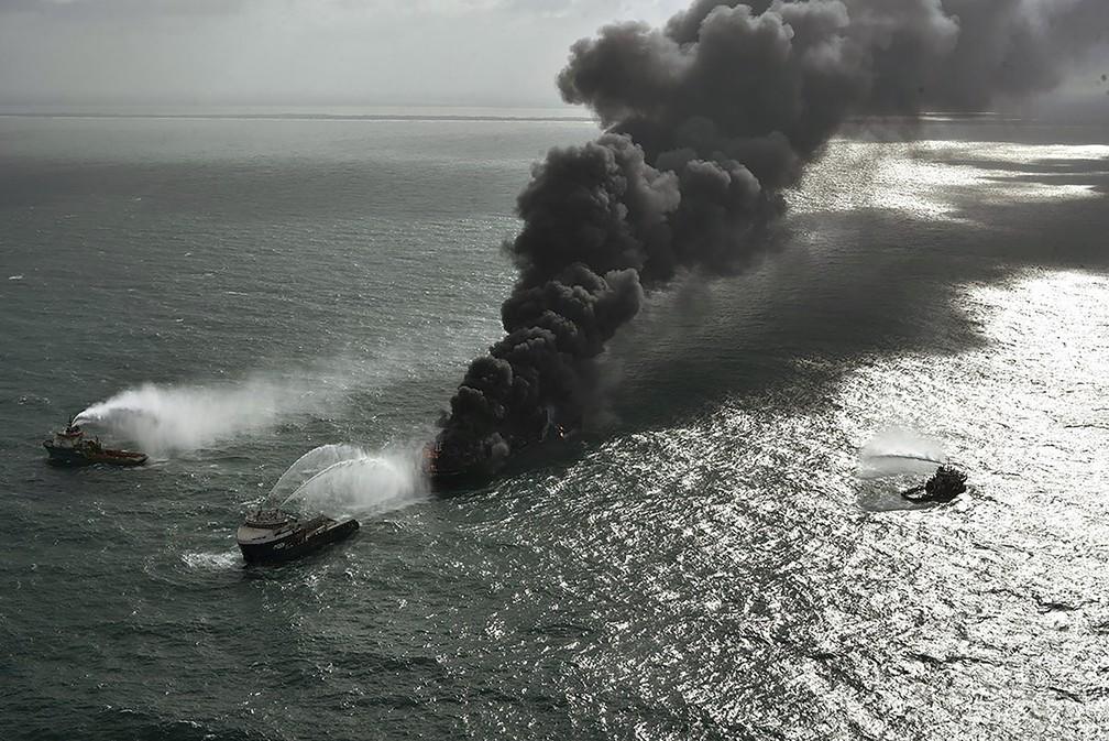 Navios da Marinha do Sri Lanka tentando apagar o fogo -Imagem: Força Aérea do Sri Lanka via Ap