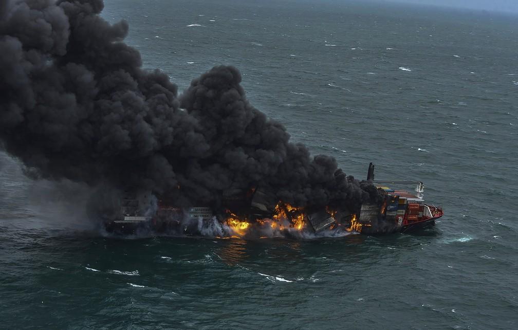 Navio em chamas na costa do Sri Lanka - Imagem: Força Aérea do Sri Lanka via Ap