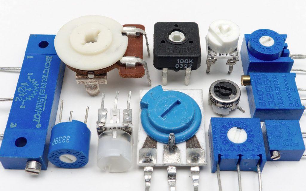 Potenciômetros de vários modelos em superfície