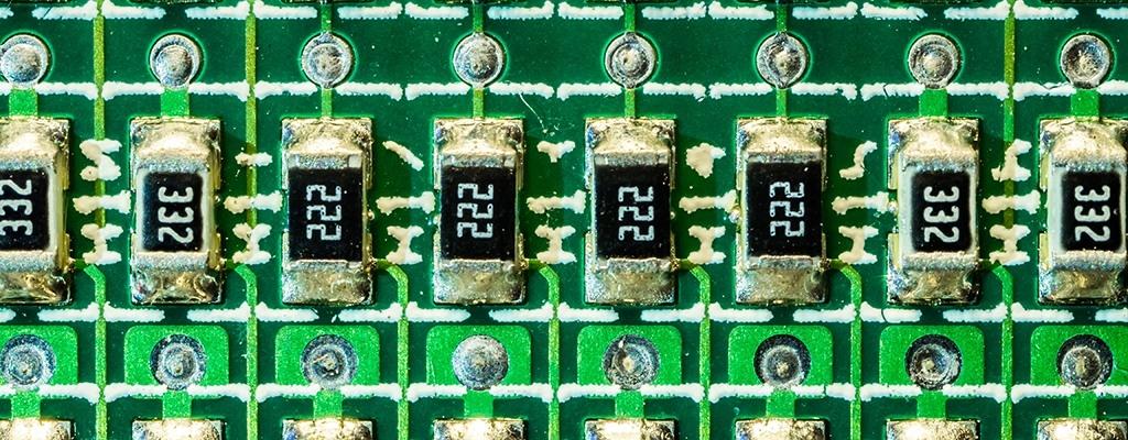 Resistores SMD soldados em placa