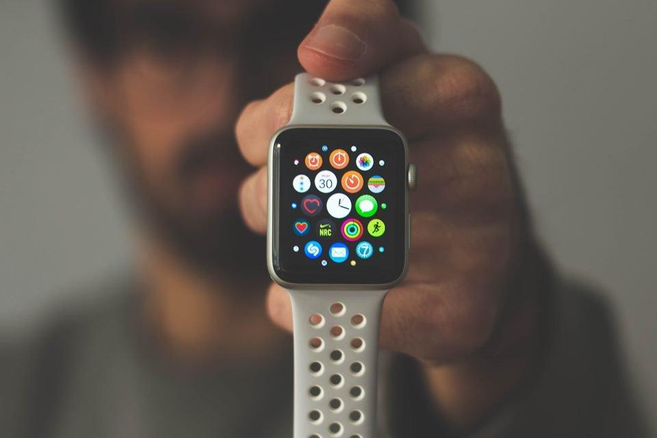 Será mesmo verdade que o relógio inteligente Apple Watch poderia salvar vidas?