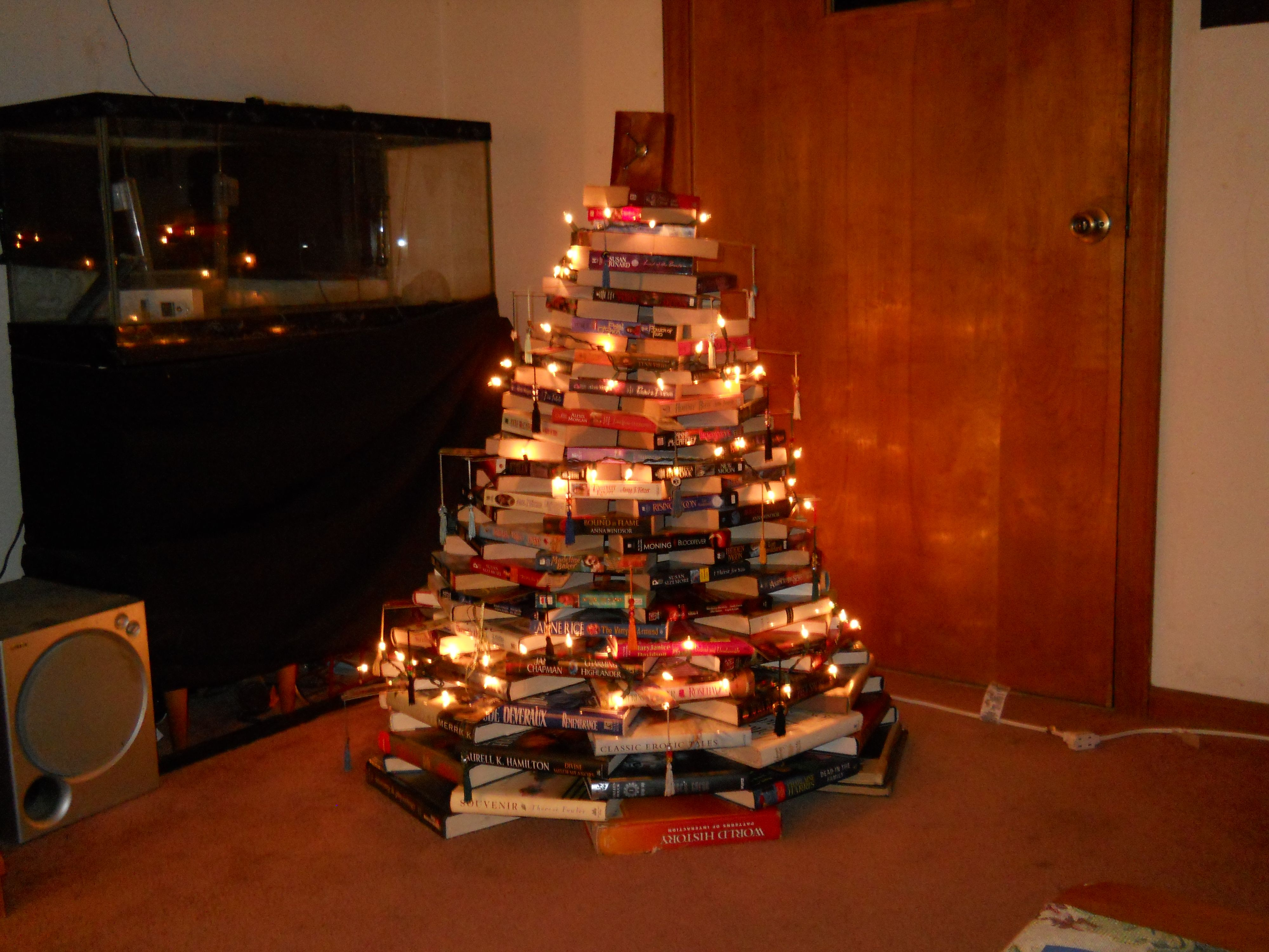 árvores de Natal feita com livros