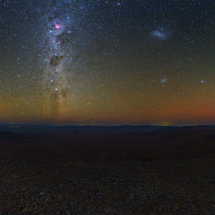 Imagem do Deserto do Atacama e do céu limpo, à noite