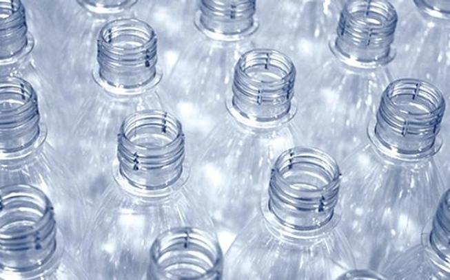 Imagem de garrafas lado a lado, apenas a parte do gargalo - garrafas ecológicas