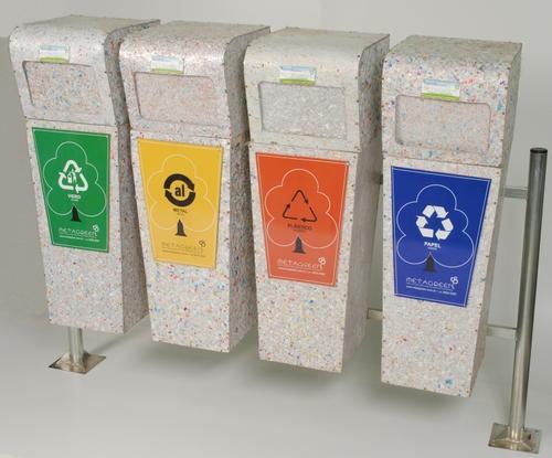 Imagem de lixeiras ecológicas fabricadas de tubos de pasta de dente